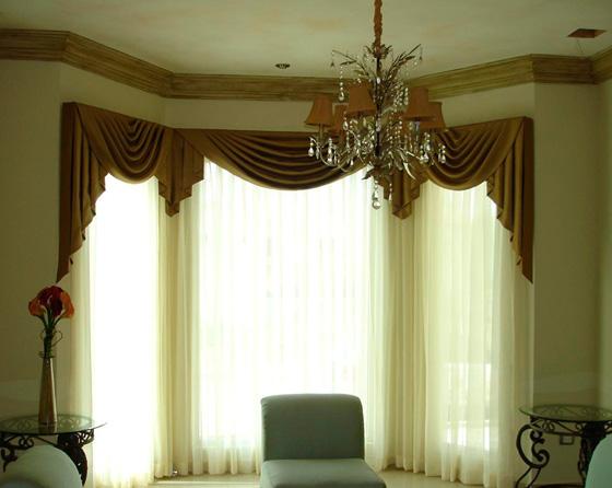 Небольшие драпировки на ламбрекенах ничуть не портят современную гостиную.