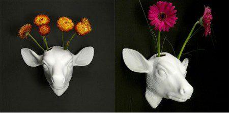 Белая фарфоровая голова оленя в роли настенной вазы