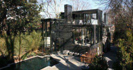 Современный стеклянный дом с городскими видами