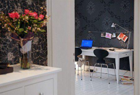 Бело черный дизайн интерьера квартиры с натуральным деревом