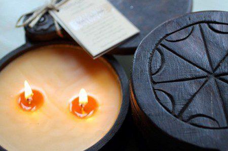 Декоративные свечи в деревянной основе
