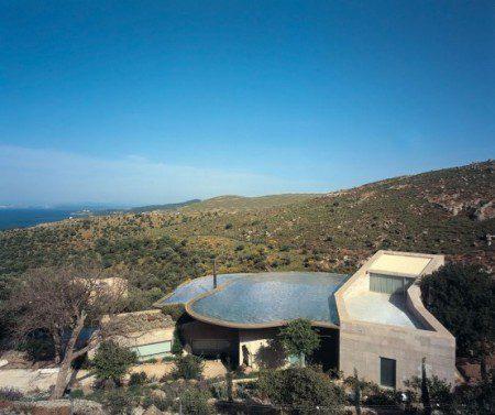 Дом с бассейном на крыше для сбора дождевой воды