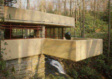 фото дома построенного на водопаде