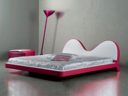 Розовая кровать и модульный диван от Valdichienti