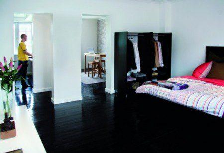 Дизайн квартиры с черный деревянный полом