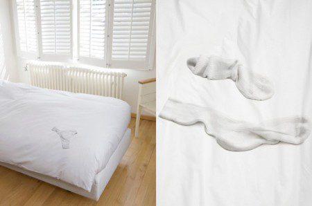 Дизайн постельного белья с разброшенной одеждой