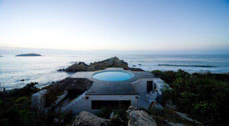 Дом с бассейном на крыше и панорамный вид на окрестность