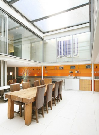 Потрясающий дом с двух этажной кухней