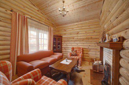 дизайн интерьера деревянной гостиной