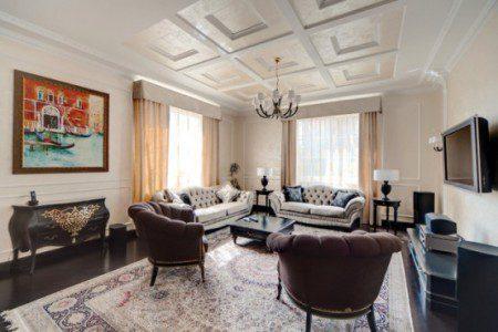 Роскошный дизайн интерьера в кремовых тонах и темной мебелью