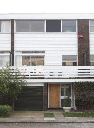Террасный дом со встроенным гаражом и большими окнами