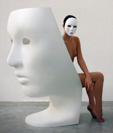 udivitelnyj-stul-v-forme-maski-lica-milan-2010-1