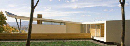 необычный деревянных дом посреди гор