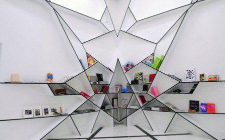 Футуристический дизайн книжного шкафа в виде паутина