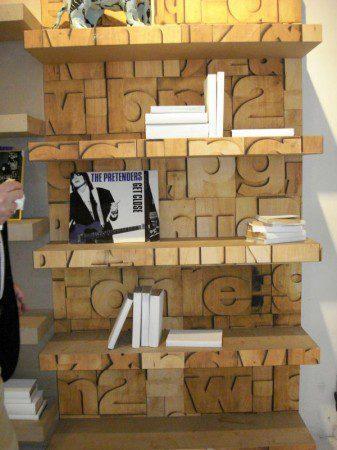 Книжный шкаф со случайными надписями, Милан 2010