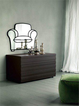 Стенное зеркало в виде дивана для гостиной