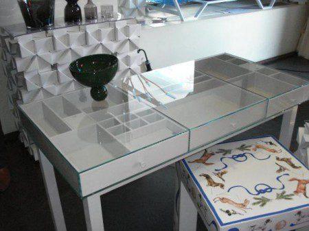 Стол с прозрачной столешницей, Милан 2010