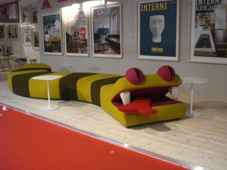 Сумасшедший диван в виде змеи, Милан 2010