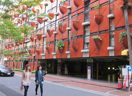 Вертикальный сад на стенах здания в Осаке