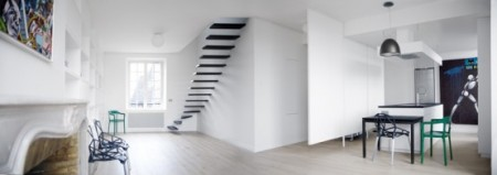 Черно-белый дизайн интерьера квартиры с удивительной лестницей