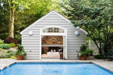 Современный дом с бассейном с прикосновением к экзотике
