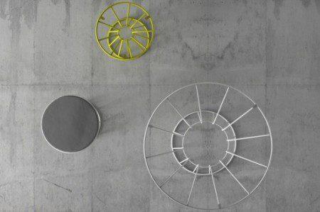 zhurnalnye-stoliki-i-stulya-s-cvetnymi-metallokonstrukciyami-3