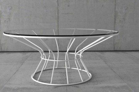 zhurnalnye-stoliki-i-stulya-s-cvetnymi-metallokonstrukciyami-4