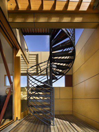 Эта полупрозрачная лестница соединят два этажа в плавучем дом на озере от компании Vandeventer + Carlander Architects.