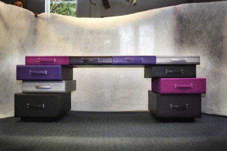 Креативная идея дизайна: стол из портфелей