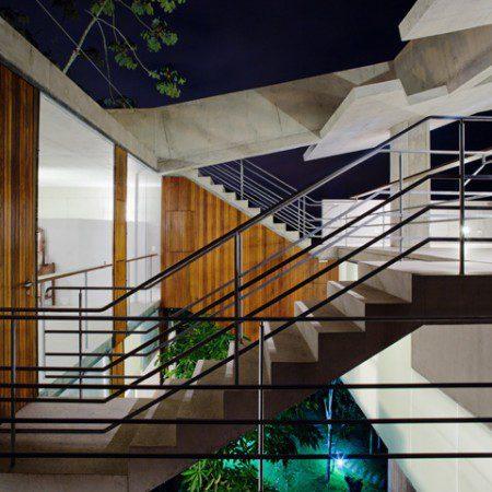 tropicheskij-dizajn-dom-na-krutom-sklone-ot-spbr-7