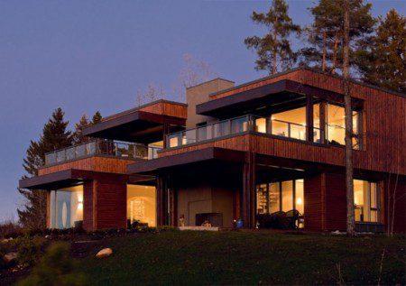 Дом с большими стеклянными партиями на опушке леса