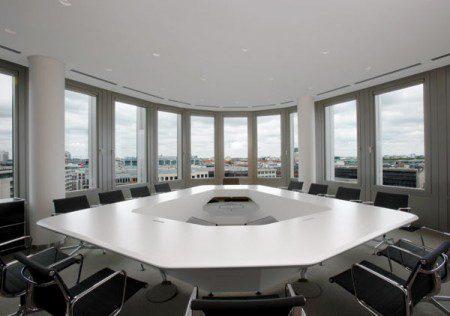 Интересный стол для конференции