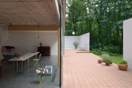 kantri-dom-so-stalnym-3-x-metrovym-zaborom-2