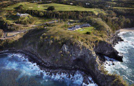 Пляжный домик посреди драматической окружающей среды