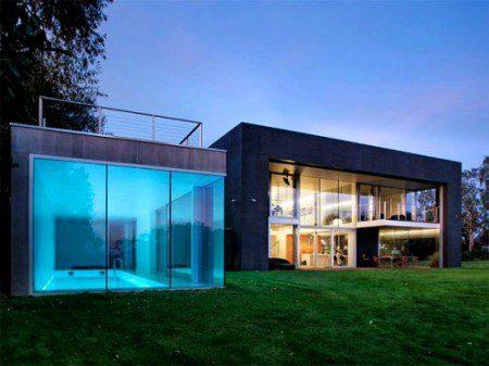 Современный дом с большим экраном для проектирования изображений