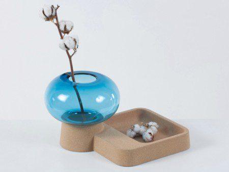Стильная стеклянная ваза с корковой подставкой
