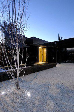 Черный, глянцевый домик