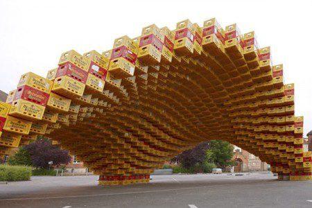 Кампус Арена построенная из коробок пива