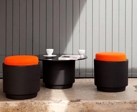 Современные низкие столы и стулья