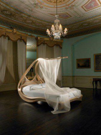 Удивительная деревянная кровать