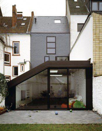 Дом с темным и современным интерьером