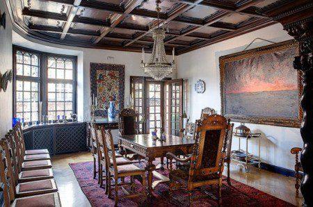 Огромный дом с традиционным дизайном