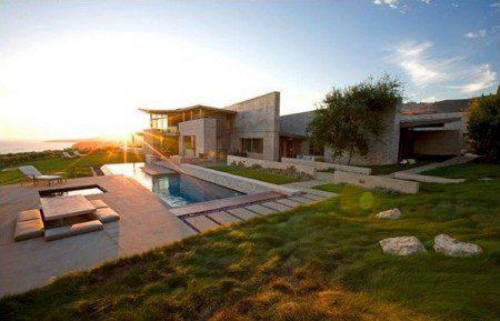 Дом с интересной архитектурой
