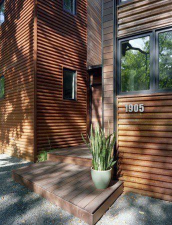 Красивый дом посреди зеленого ландшафта