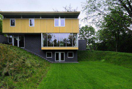Современный дом в глубине леса