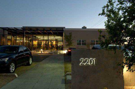 Современное, яркое и динамичное здание для офисов