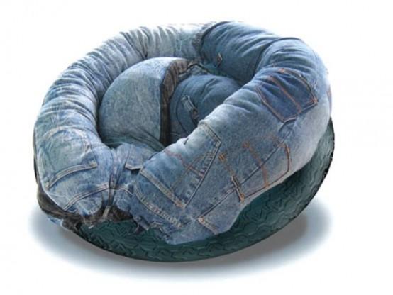 Необычный диван, покрытый джинсами