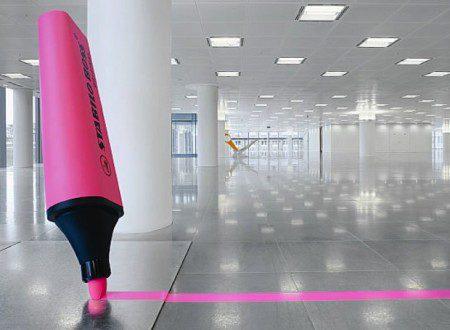 Творческое пространство с огромными элементами офиса