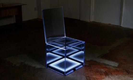 Невидимый стул, светящийся в ночи