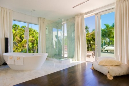 Современное жилище с бассейном в Майами-Бич